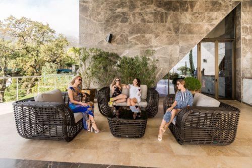 плетная мебель для отдыха в саду на открытой площадке фото