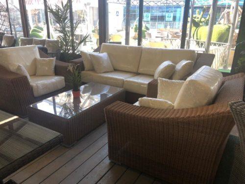 комплект мебели с диваном и креслами из искусственного ротанга фото