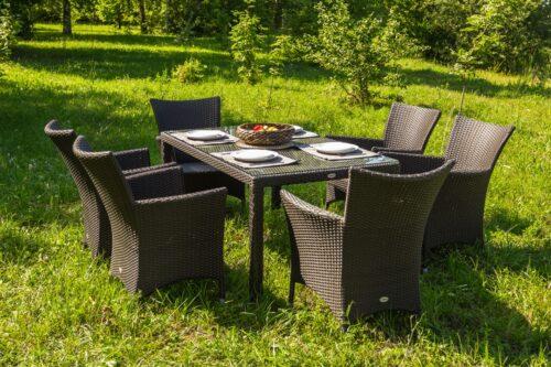 черный обеденный стол с креслами из ротанга фото
