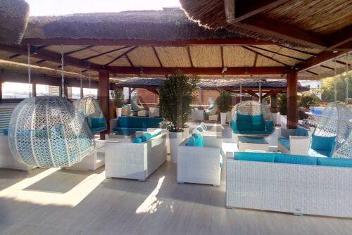 плетеная мебель в летнем кафе у бассейна фото