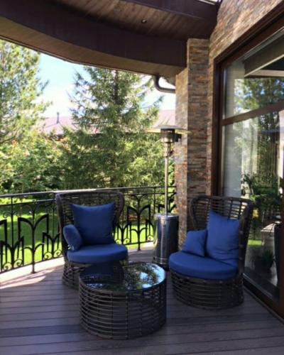 комплект плетеной мебели на террасе загородного дома -два кресла и столик журнальный ЭЛЕРГЕЙС фото