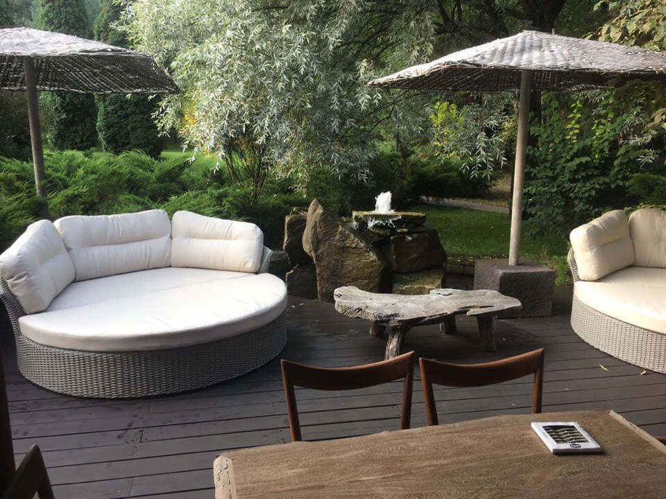 садовая мебель из искусственного ротанга в саду фото