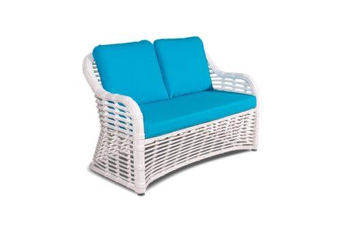 двухместный плетеный диван с голубыми подушками фото