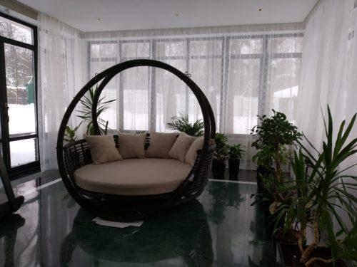 подвесная кровать в интерьере зимнего сада фото