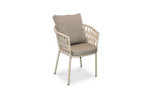 стул из искусственного ротанга фото